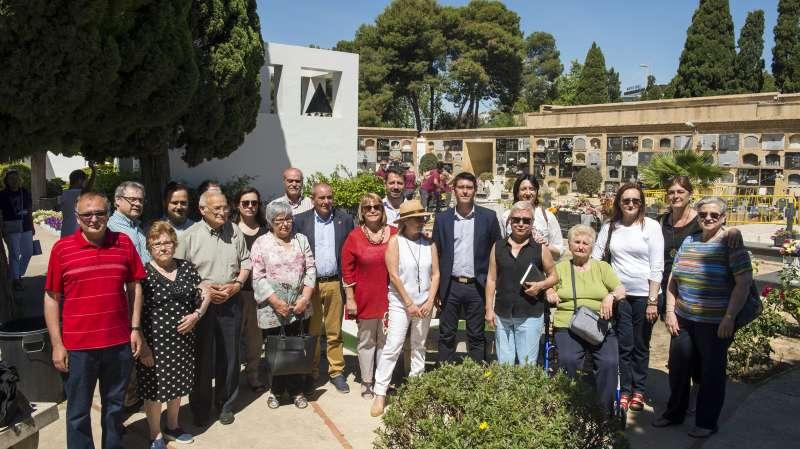 El president i alcalde d?Ontinyent, Jorge Rodríguez, i la diputada de Memòria Històrica, Rosa Pérez Garijo, amb l?Associació de Víctimes de la fosa 94. EPDA