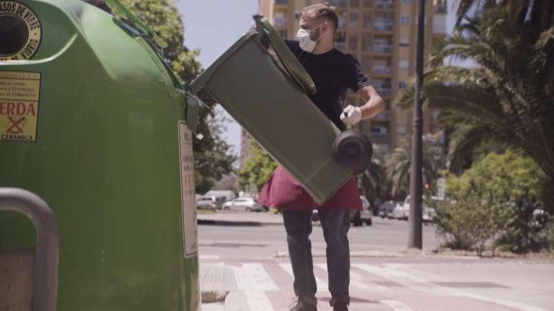Un hostelero tira la basura