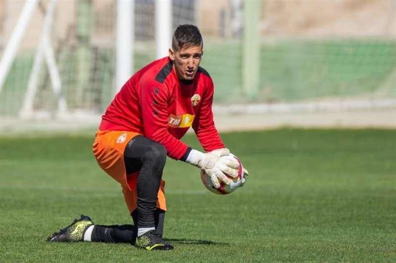 El portero Edgar Badía durante un entrenamiento con el Elche, en una imagen facilitada por el club ilicitano. EFE