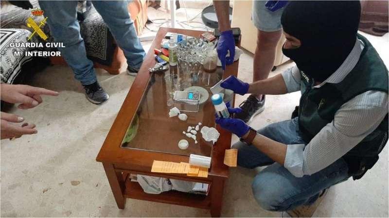 Agentes de la Guardia Civil con parte del material intervenido en la operación.