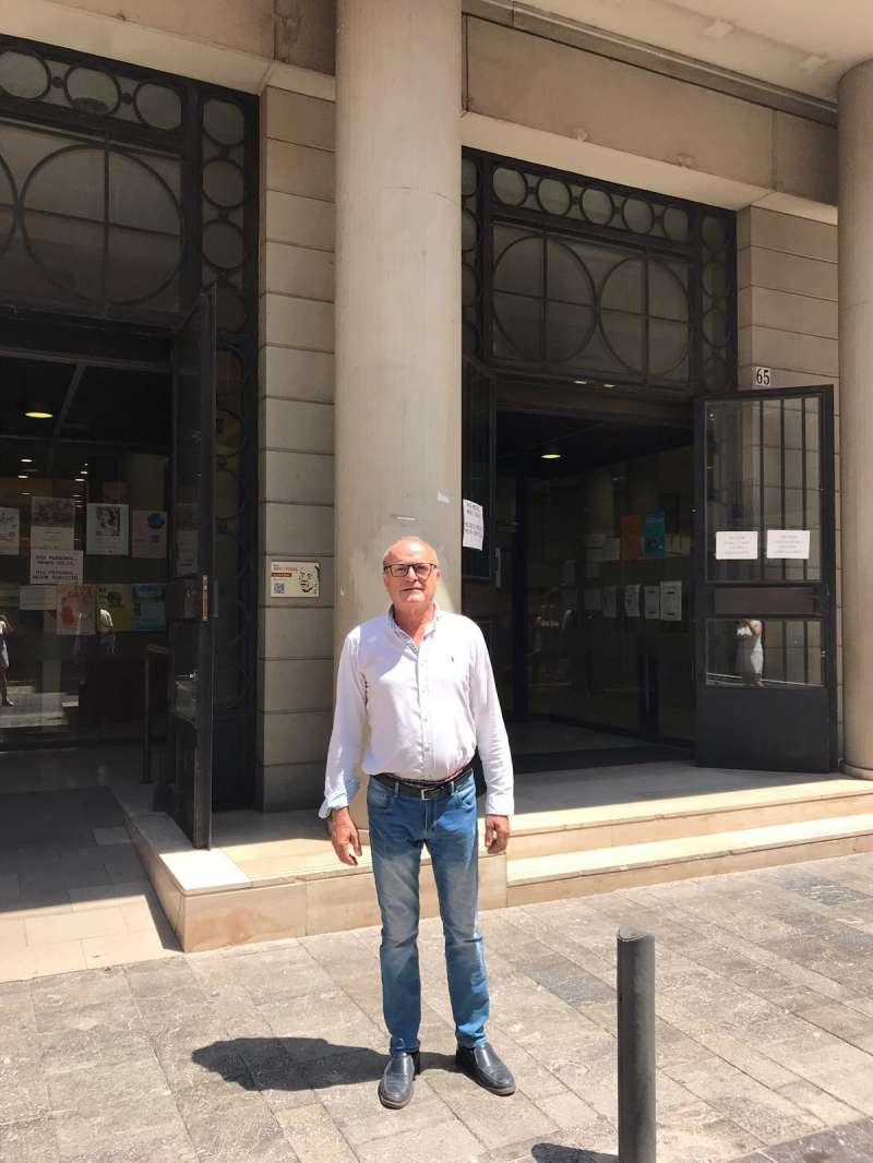 Paco Crispín, junto a la sede municipal, antiguo Edificio Bancaja. EPDA