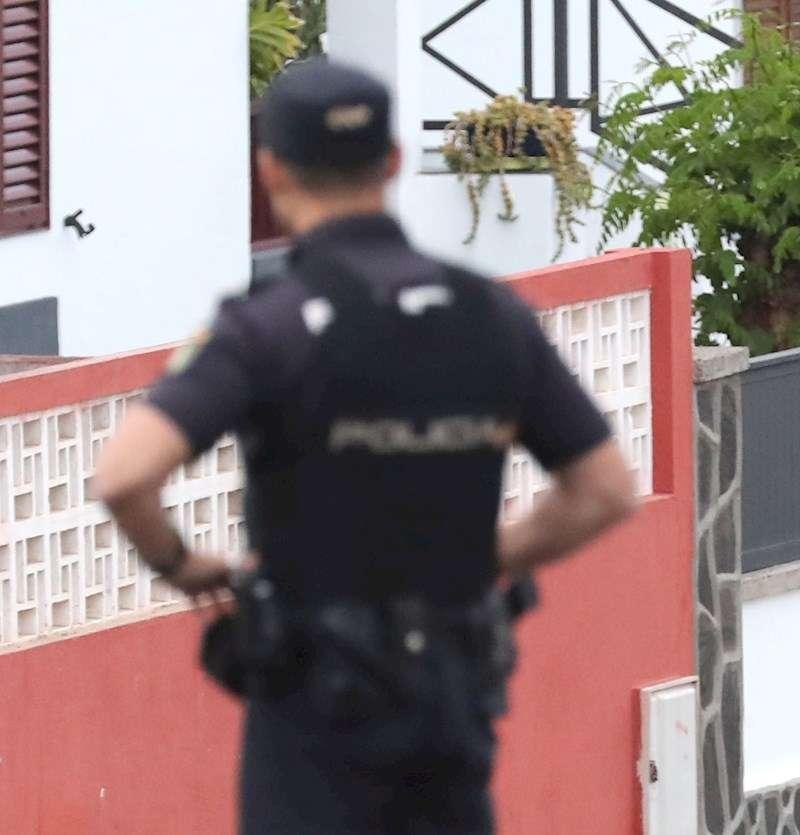 Un policía durante una intervención. EFE/Archivo