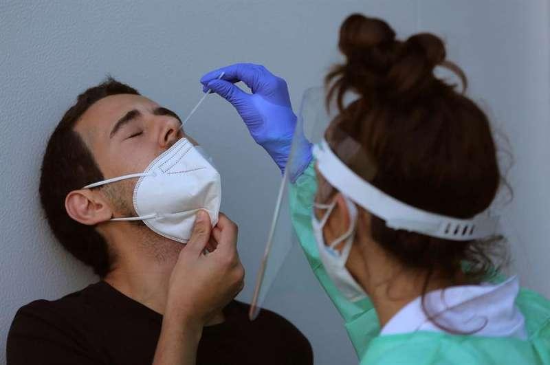 Personal sanitario realiza una prueba de PCR a un hombre. EFE / Salvador Sas/Archivo