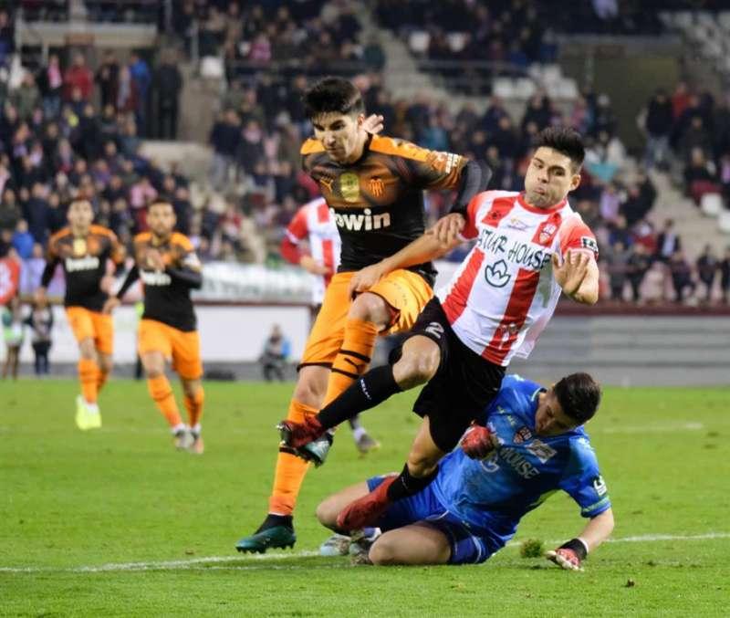 Carlos Soler pugna por la pelota durante el partido de Copa ante el Logroñés. EFE/Archivo