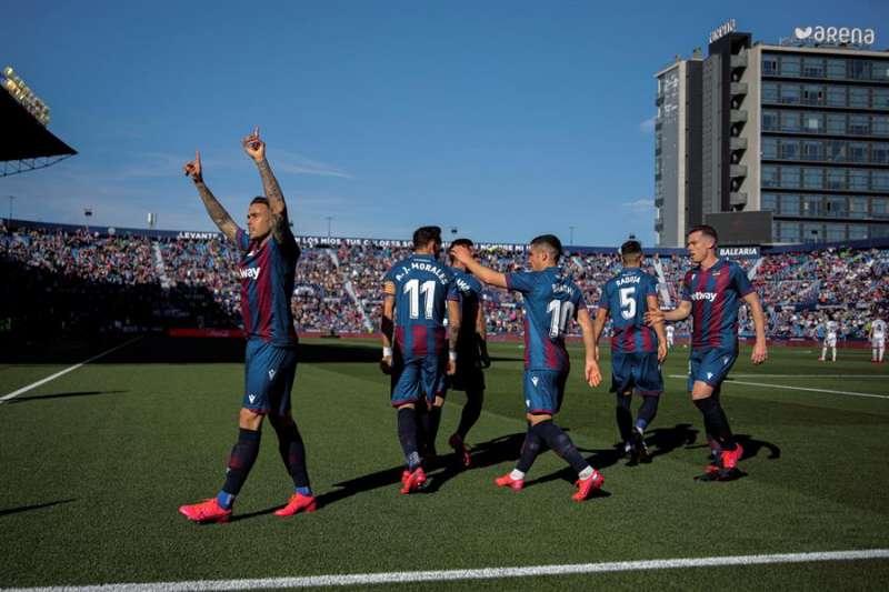 El delantero Roger Martí (i) del Levante, celebra su gol en el partido ante el Granada, correspondiente a la jornada 27 de LaLiga Santander en el estadio Ciudad de Valencia. EFE/ Archivo