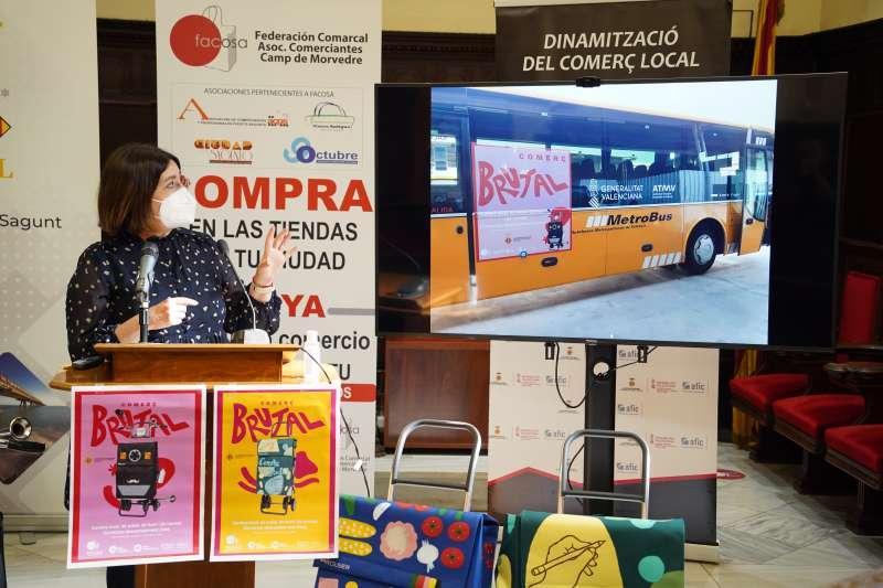 Quesada explicando la ubicación de la publicidad exterior con la campaña publicitaria. Foto: Paco Quiles