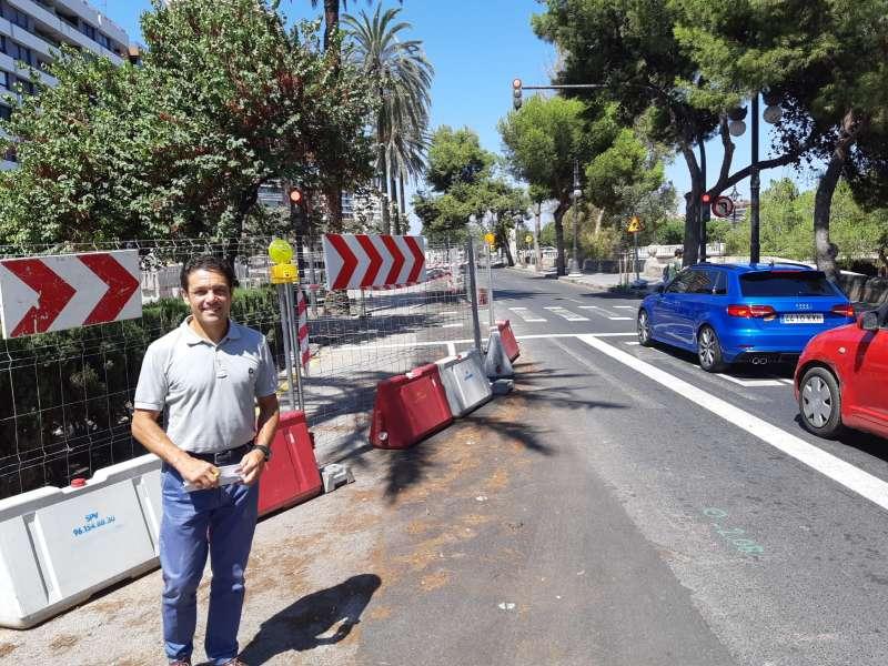 El concejal Carlos Mundina en la calle Jacinto Benavente