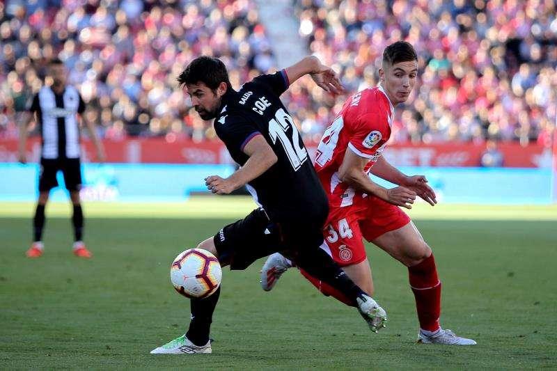 El defensa del Levante, Coke (d), disputa el balón con el del Girona Valery Fernández (d). EFE