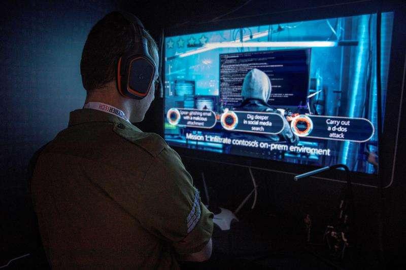 Un soldado observa una presentación de sobre hackeo ciberseguridad, en un congreso sobre la materia. EFE/Archivo