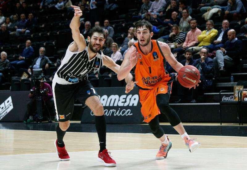 El Valencia Basket recibe al Dolomiti Energia Trento en la quinta jornada de la primera fase de la Eurocopa. En la imagen, el jugador del Valencia Basket, Sergi García (d) junto a Davide Pascolo, del Dolomiti.EFE
