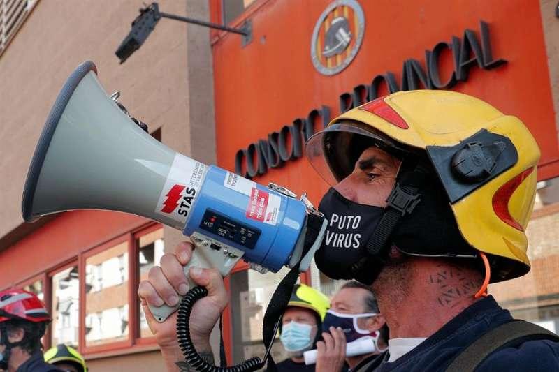 Sindicatos del Consorcio de Bomberos de Valencia celebran una manifestación contra la temporalidad. EFE