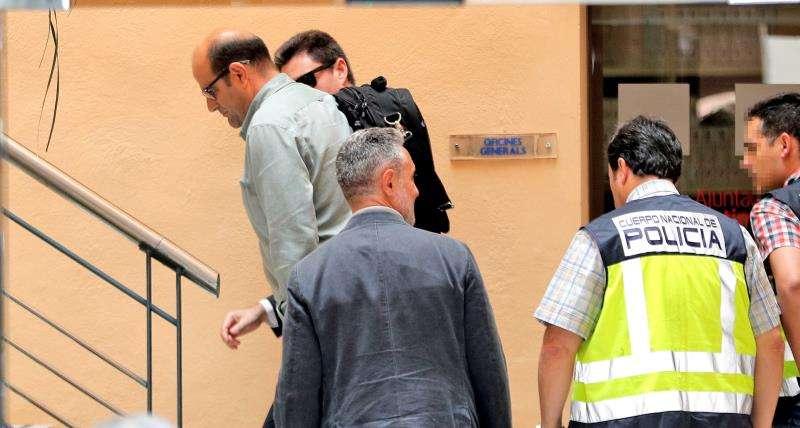 Agentes de la UDEF en el Ayuntamiento de Ontinyent,. EFE/Archivo