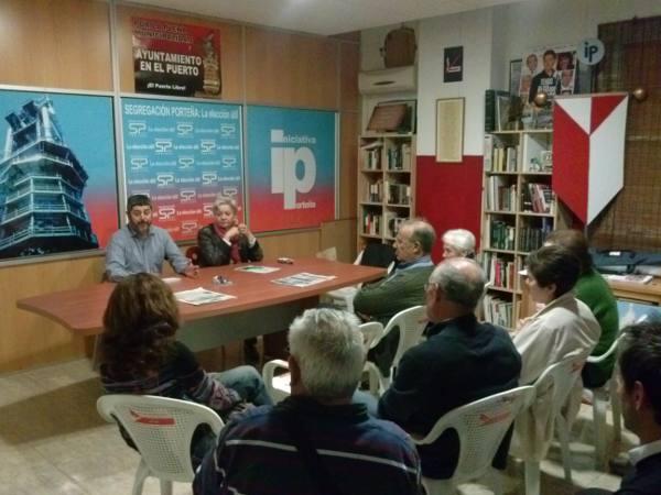 El portavoz de Iniciativa Porteña con los vecinos de la zona. EPDA