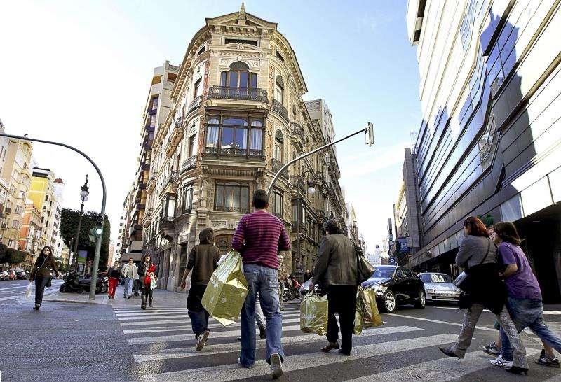Consumidores realizando sus compras en València. EFE/Archivo