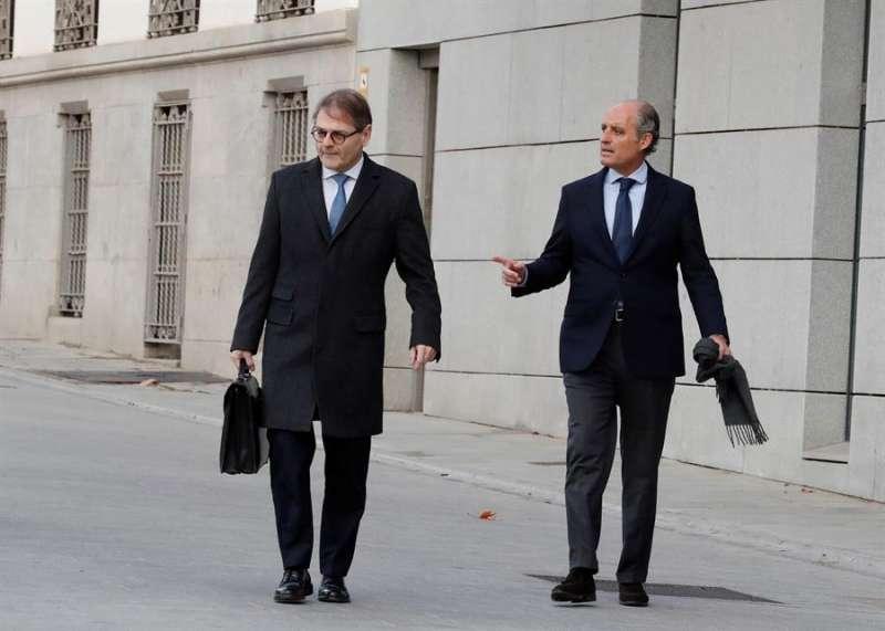 El expresidente valenciano Francisco Camps (d) a la llegada de la Audiencia Nacional para declarar como imputado en una de las piezas del caso Gürtel. EFE/Zipi/Archivo