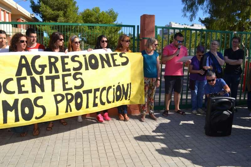 Profesores en la concentración para exigir más seguridad. EPDA