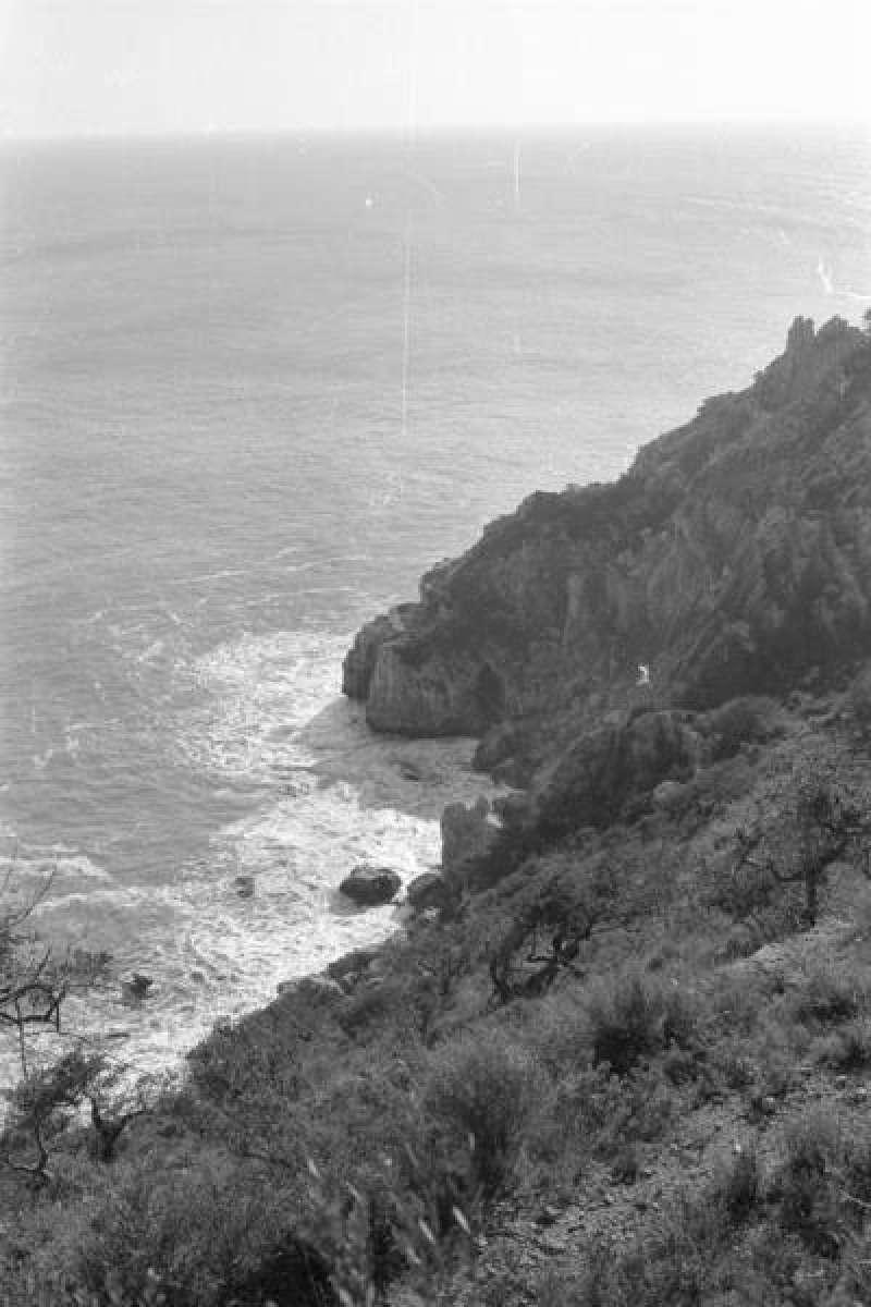Vista de la Cova dels Arcs en 1973, antes de la construcción de la urbanización Cumbres del Sol. EFE/Pedro Cascales, cedida por el Ayuntamiento de Benitatxell