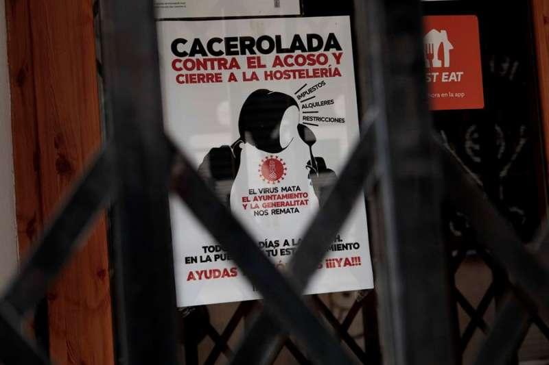Un restaurante cerrado luce un cartel en la puerta en protesta por el cierre de la hostelería el día que la hostelería y la restauración de la Comunitat Valenciana se preparan para su cierre total desde el jueves y durante dos semanas, la principal de las nuevas medidas adoptadas por el Gobierno de la Generalitat Valenciana para hacer frente a la covid-19. EFE/Biel Aliño.