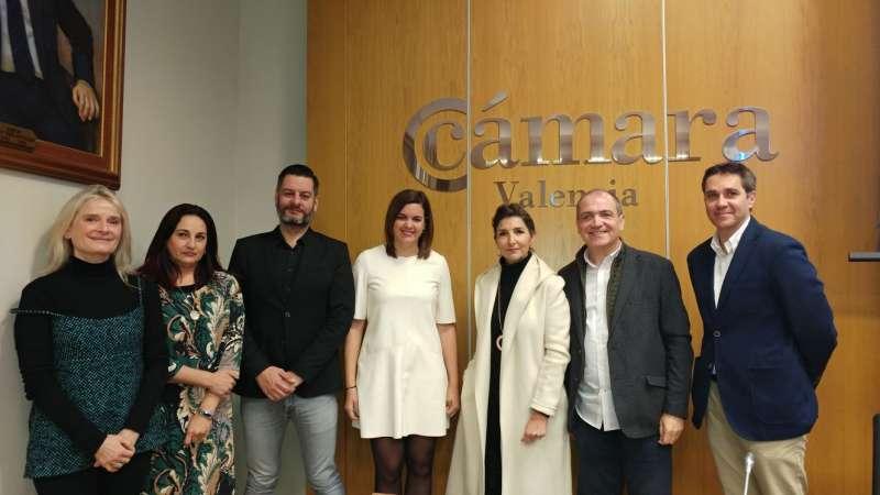 Foto de familia, con Sandrá Gómez, concejala de Turismo; Carlos Galiana, de Comercio y Antoni Bernabé. FOTO EPDA