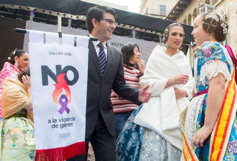 Rodríguez en una recepción con las falleras mayores