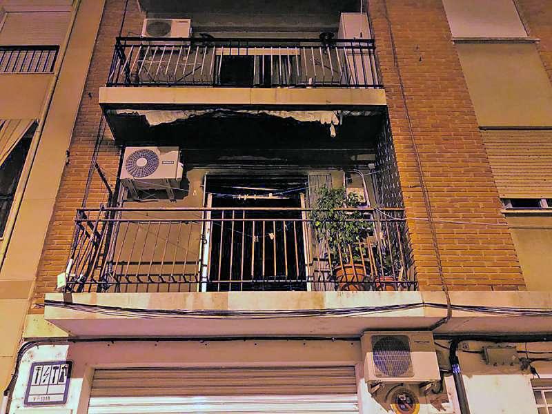 Balcón de una vivienda incendiada recientemente en la ciudad de Burjassot. / epda