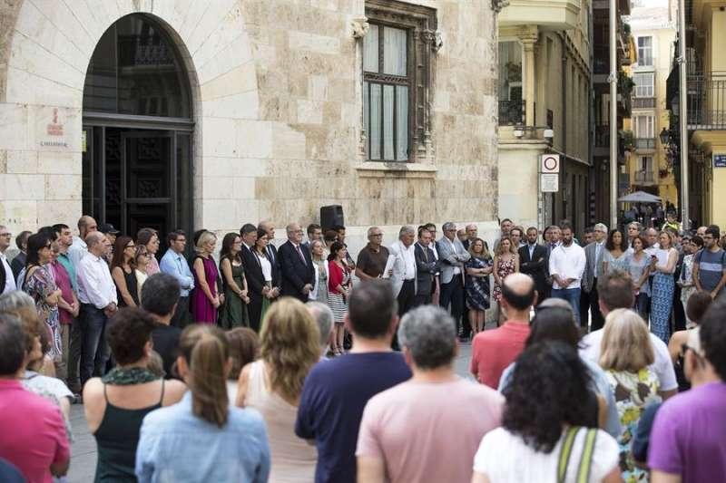 El president de la Generalitat, Ximo Puig y miembros del Consell junto a otras instituciones durante una concentración por un caso de violencia machista. EFE/Manuel Bruque/Archivo