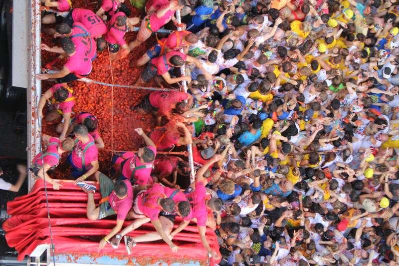 22.000 personas se lanzan tomates en Buñol. EPDA