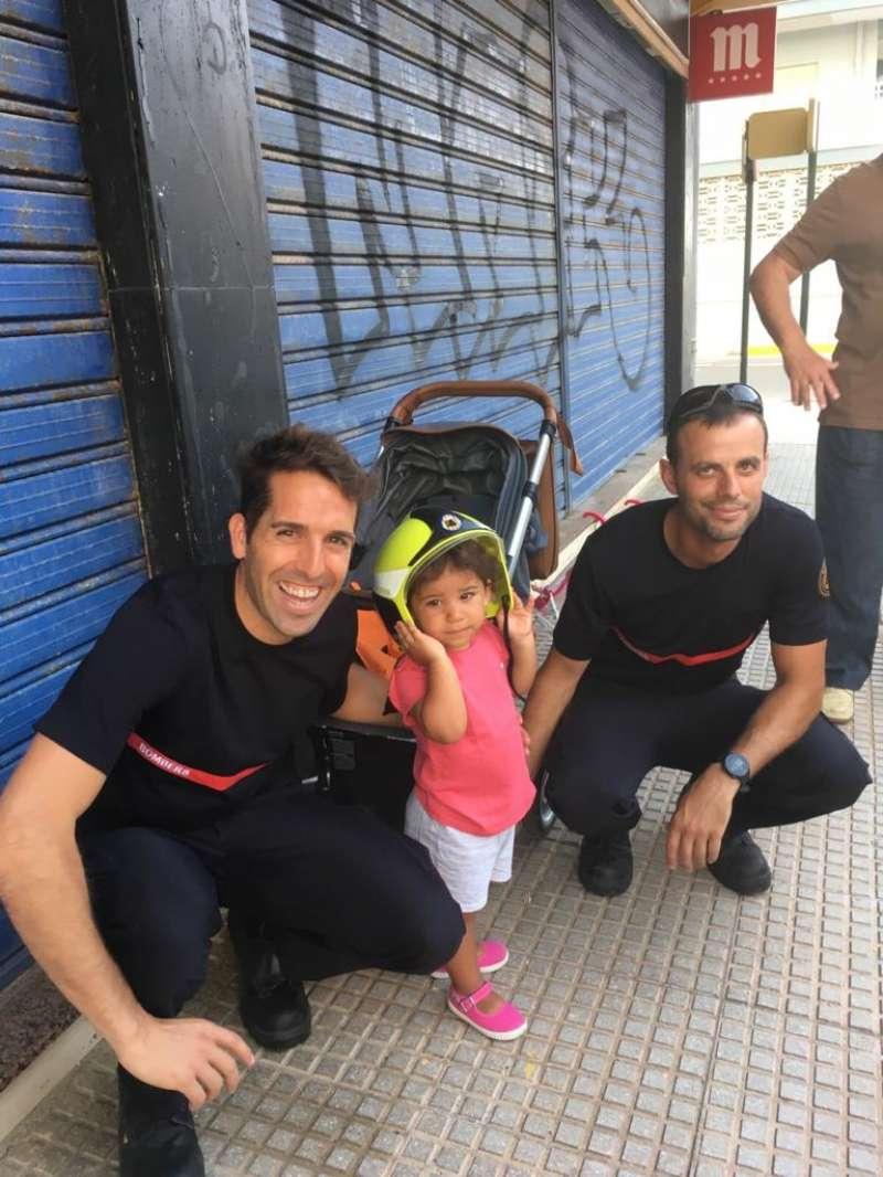 Bombers amb la xiqueta rescatada. EPDA