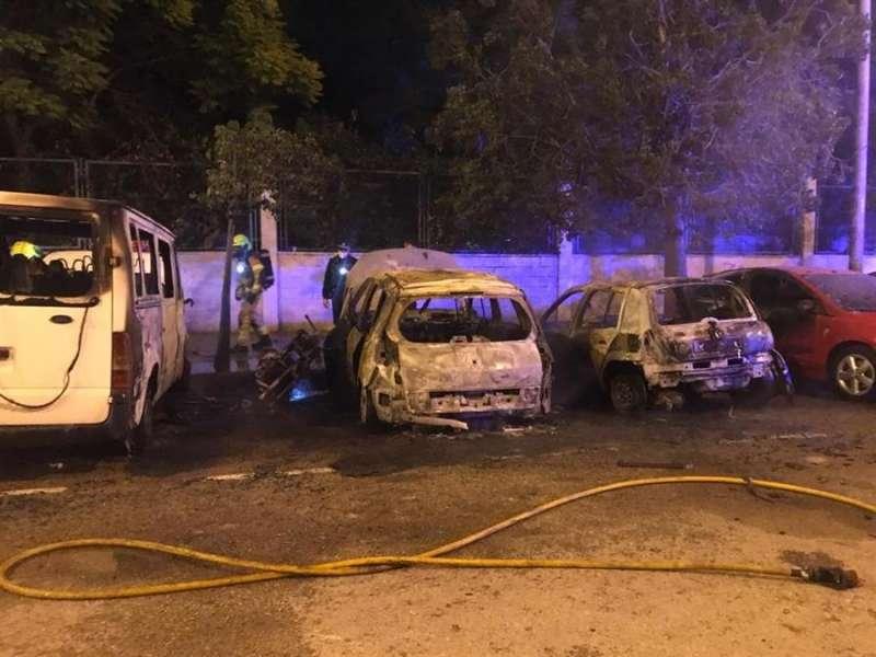 Imagen de varios de los vehículos incendiados en una calle de València. EFE