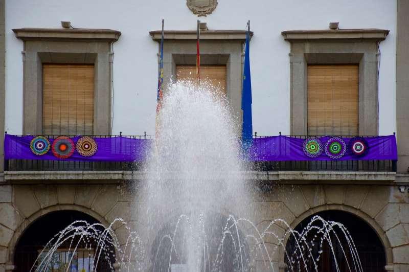 La fachada del Ayuntamiento en homenaje a la mujer