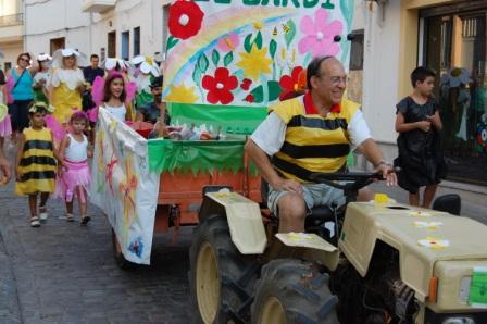 Cabalgata humorística donde disfraces, carrozas y diversión han caracterizado la tarde del 6 de septiembre. Foto: EPDA.