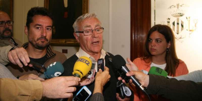 Ribó (Compromís), Peris (Podemos) y Sandra Gómez (PSOE), aceptando la propuesta de Giuseppe Grezzi. FOTO VALENCIA.ES