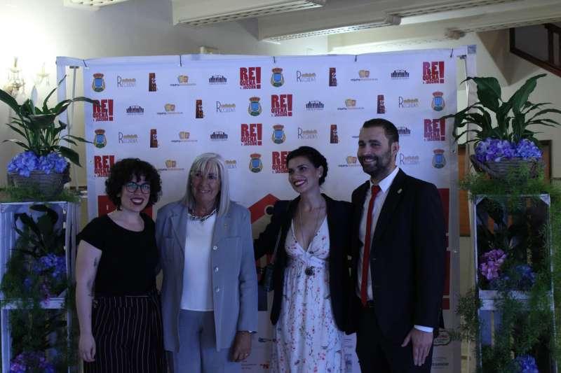 La actriz homenajeada, Pilar Punzano junto al alclade de Requena, Mario Sánchez
