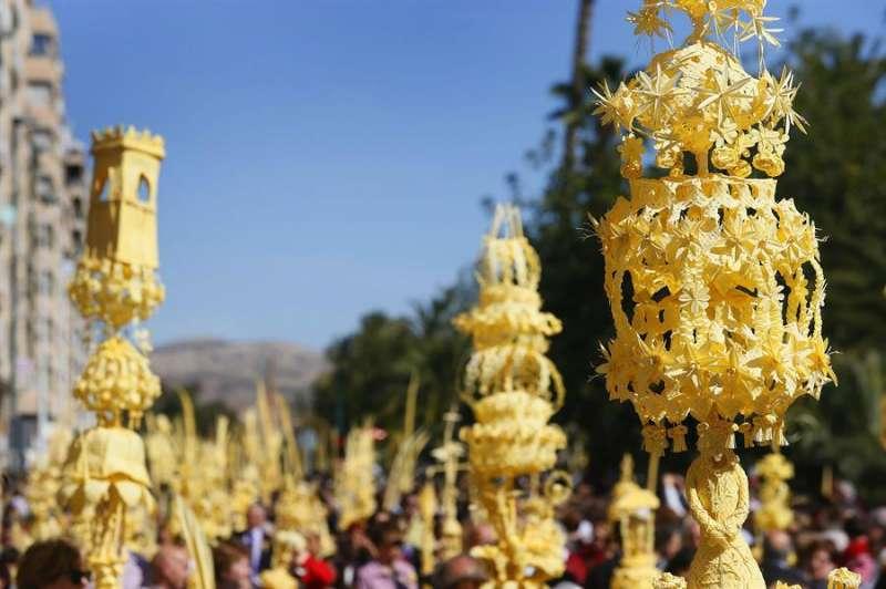 Miles de ilicitanos lucen sus elaborados ramos durante la Procesión de Domingo de Ramos en Elche (Alicante), en una imagen de archivo. EFE/Manuel Lorenzo
