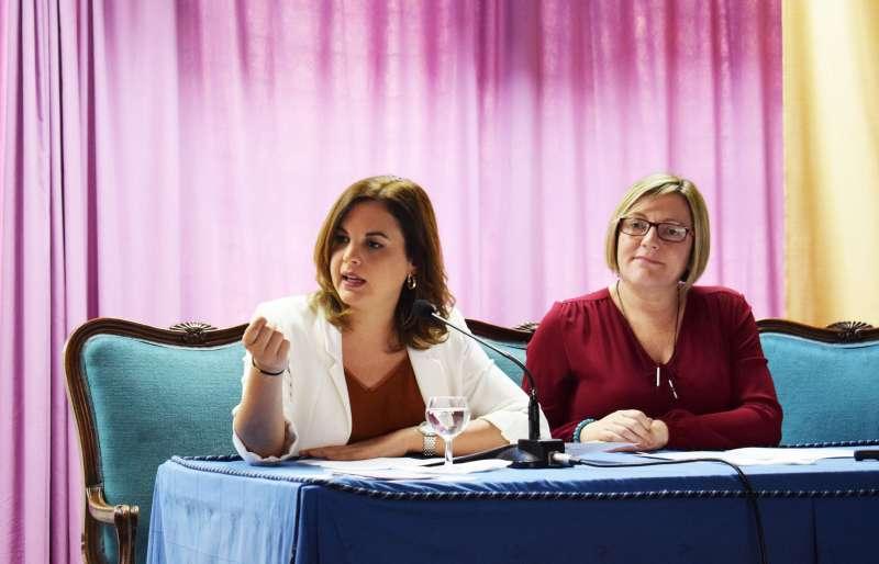 La concejal Sandra Gómez junto con la consellera Mª José Salvador.