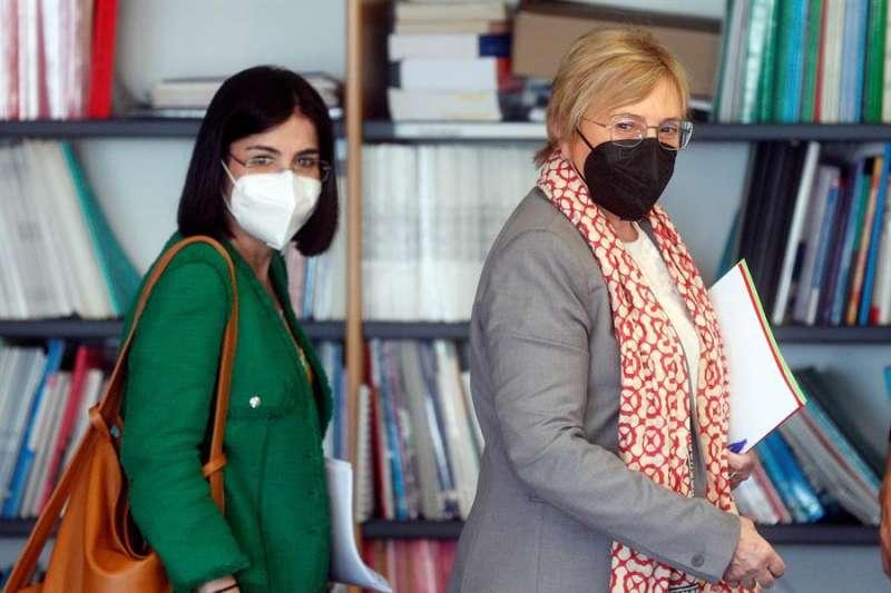 La consellera de Sanidad, Ana Barceló (d), y la ministra de Sanidad, Carolina Darias. EFE