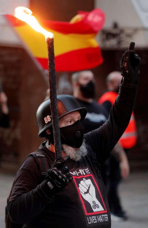 Un manifestante con una camiseta con el lema