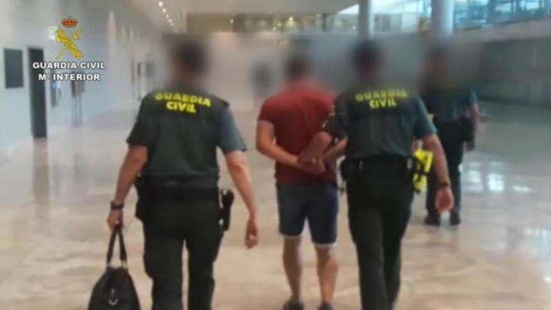 Foto cedida por la Guardia Civil del momento de la detención de uno de los dos hombres que robaron perfumes y gafas por valor de 37.000 euros en el aeropuerto de El Altet.