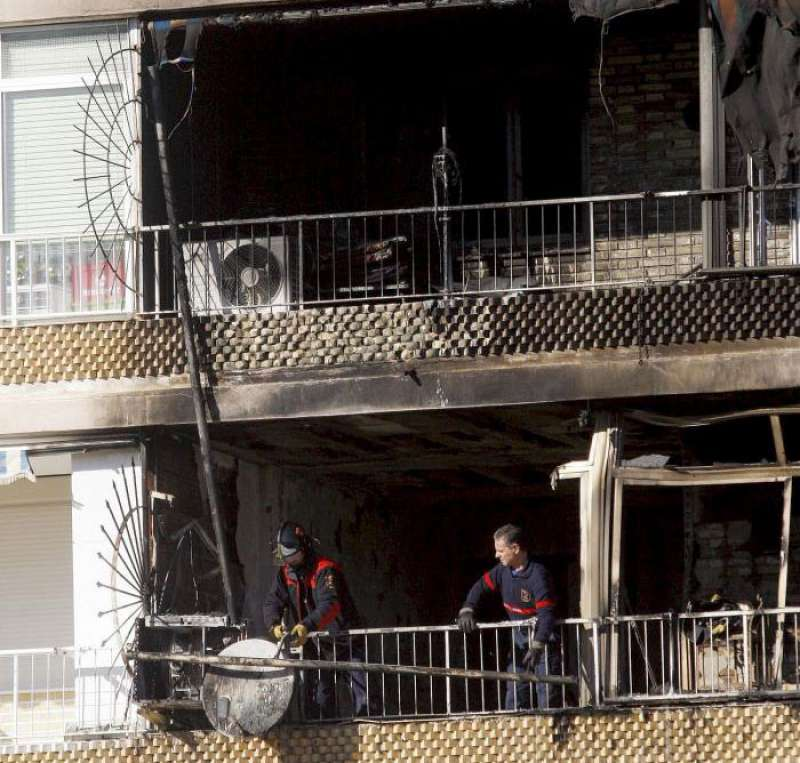 Bomberos de Alicante actuando en un edificio incendiado. EFE/Archivo