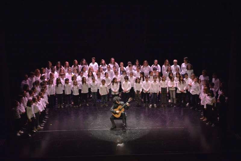 Actuación junto al coro infantil