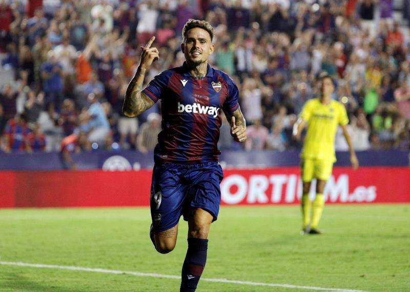 El delantero del Levante, Roger Martí, celebra el segundo gol del equipo granota durante el encuentro correspondiente a la segunda jornada de primera división que disputan esta noche frente al Villarreal en el estadio Ciutat de Valencia. EFE.