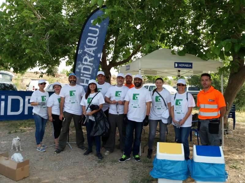 Algunos de la plantilla de Hidraqua y sus empresas participadas en la recogida de 1?6 toneladas