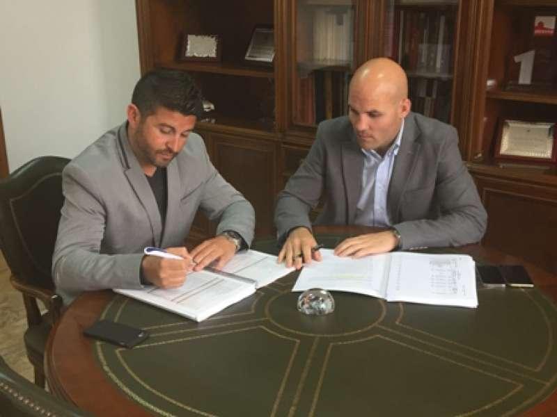 Momento de la firma de la bajada del IBI. //EPDA