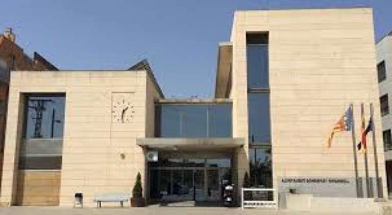 Fachada principal del ayuntamiento de Bonrepòs i Mirambell. EPDA