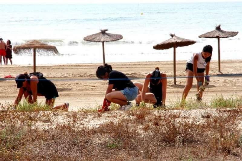 Voluntarios en la playa de Puçol. EPDA
