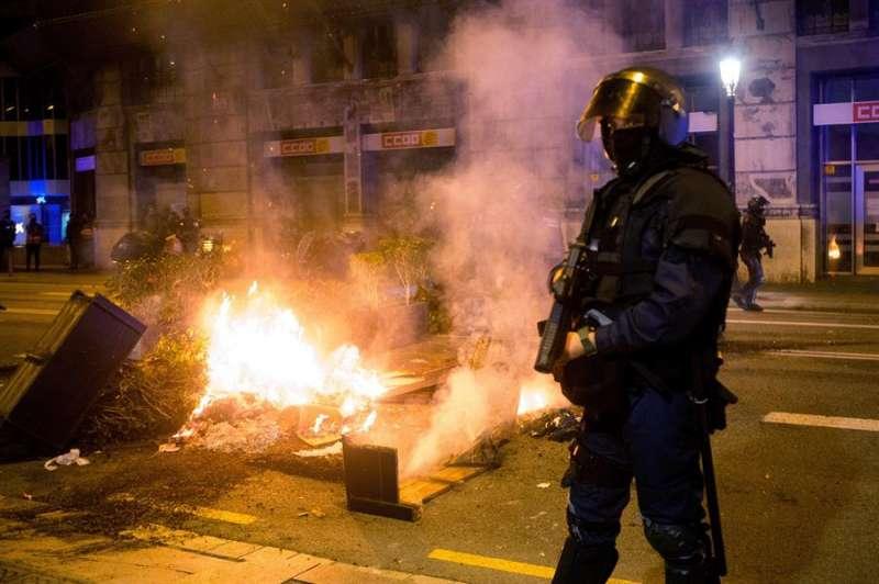 La plaza de Sant Jaume y sus alrededores han sido escenario enfrentamientos protagonizados por grupos de personas que, tras una manifestación negacionista de la COVID-19, han quemado mobiliario urbano. EFE/Quique García
