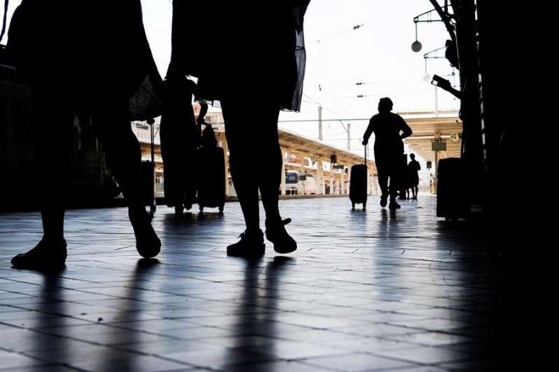 En la foto, varias personas en la estación Norte de Valencia. EFE/Ana Escobar/Archivo