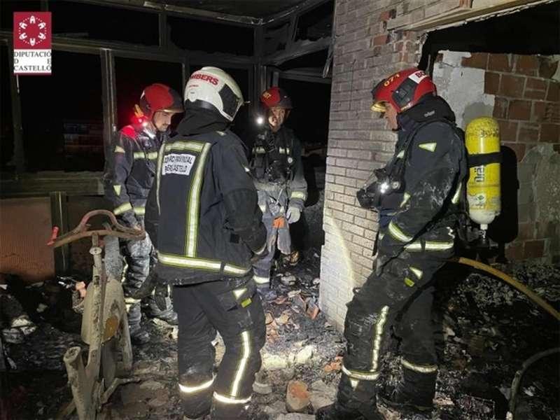 Bomberos del Consorcio trabajando en la vivienda afectada en una fotografía facilitada por la entidad.