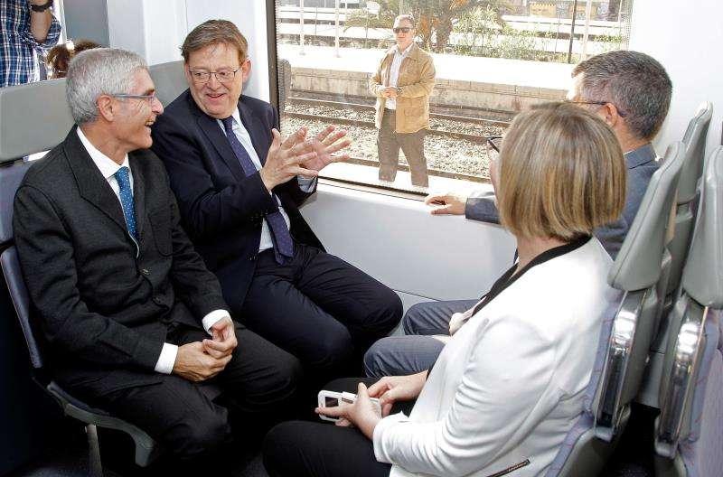 El presidente de Renfe, Isaías Táboas (1º i), junto al president de la Generalitat,Ximo Puig, en un tren. EFE/Archivo