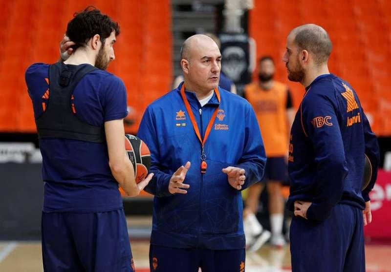 El técnico del Valencia Basket, Jaume Ponsarnau, habla con sus jugadores durante un entrenamiento. EFE/Miguel Ángel Polo/Archivo